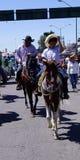 Paare von Reitern in einer katholischen Prozession in Mexiko Lizenzfreie Stockfotos
