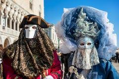 Paare von Teilnehmern an Kostüme während des Karnevals in Venedig lizenzfreie stockfotos
