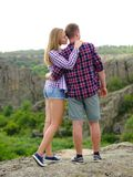 Paare von Touristen auf einem natürlichen Hintergrund Weibliches Mädchen und ein überzeugtes Mannumarmen Liebe, Verhältnis, Sorgf Stockfotografie