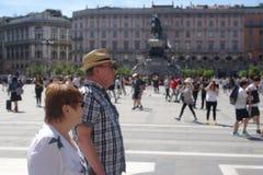 Paare von turists in Mailand lizenzfreie stockfotos