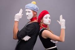 Paare von zwei lustigen Pantomimen lokalisiert auf Hintergrund Lizenzfreies Stockfoto