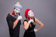 Paare von zwei lustigen Pantomimen lokalisiert auf Hintergrund Stockfotos
