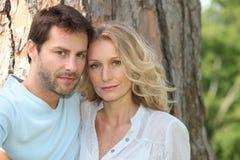 Paare vor Baum Stockbilder