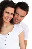 Paare vor blauer Wand Lizenzfreie Stockfotos