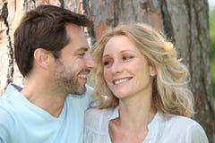 Paare vor einem Baum Stockfotos
