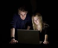 Paare vor einem Computer Stockbilder
