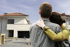 Paare vor Haus Stockfotos