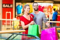 Paare vor Speichern im Malleinkaufen stockbilder