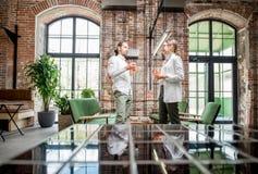 Paare während eines Gespräches im Dachbodeninnenraum Stockfoto