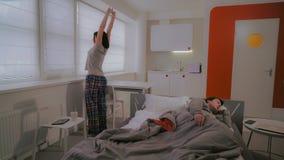 Paare wachen in der Ebene auf lizenzfreie stockfotos