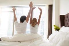 Paare wachen morgens auf stockfotografie