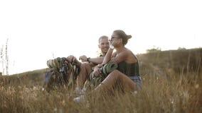 Paare wandern - Wanderer, die auf einem Hügel stillstehen Wanderer der jungen Frau und des Mannes, der auf dem genießenden Ansich stock footage