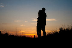 Paare Wathcing-Sonnenuntergang stockfoto