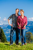 Paare, welche die Ansicht wandert in den Bergen genießen Stockfotos