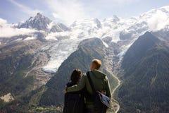 Paare, welche die erstaunliche Ansicht von Mont Blanc aufpassen stockfotografie