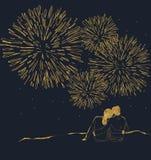 Paare, welche die Feuerwerke aufpassen Stockfoto