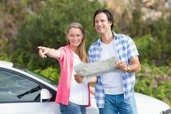 Paare, welche die Karte betrachten Stockfotos