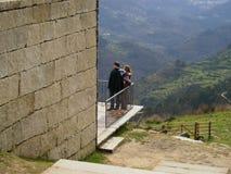 Paare, welche die Landschaft genießen Lizenzfreie Stockfotografie