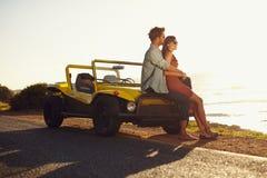 Paare, welche die Strandansicht genießen stockfotos