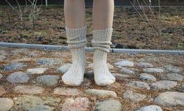 Paare Wollsocken auf Füßen unten Lizenzfreies Stockbild
