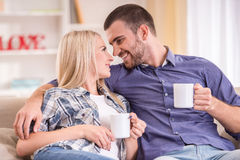 Paare zu Hause Stockbilder