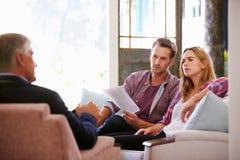 Paare zu Hause, die Finanzberater treffen lizenzfreie stockbilder