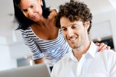 Paare zu Hause unter Verwendung des Laptops Stockfoto