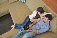Paare zu Hause unter Verwendung des Tablet-Computers Lizenzfreies Stockfoto