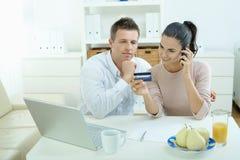 Paareinkaufen auf Internet Stockfoto