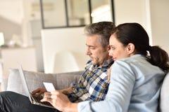 Paareinkaufen auf Internet Stockbild