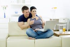 Paareinkaufen auf Internet Lizenzfreie Stockbilder