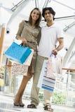 Paareinkaufen im Mall Stockfoto
