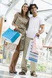 Paareinkaufen im Mall Lizenzfreies Stockfoto