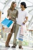 Paareinkaufen im Mall Lizenzfreies Stockbild