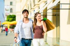 Paareinkaufen und Ausgabengeld in der Stadt Lizenzfreie Stockfotografie