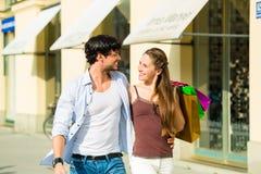 Paareinkaufen und Ausgabengeld in der Stadt Stockfoto