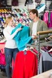 Paareinkaufs-Kleidung im Speicher Lizenzfreie Stockfotografie