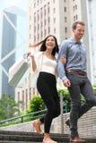 Paareinkaufsgehen glücklich in Hong Kong lizenzfreie stockbilder