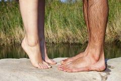 Paarfüße, die nahe See küssen stockbild