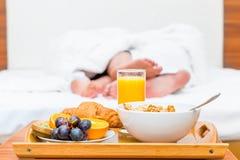 Paarfüße gedeihen im Bett üppig Stockbilder