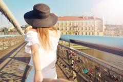 Paarfollow-me in Polen Frau, die ihren Mann ihr in den Ferien oder in den Flitterwochen folgen wünscht Attraktive junge Frau im H stockfotos