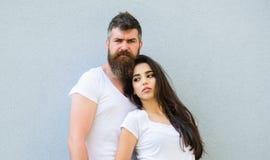 Paarfreunde hängen heraus zusammen Stilvolle Ausstattung der Jugend einfach aber modern Jung und stilvoll Weiße Hemdumarmung der  Stockbild