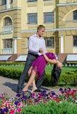 PaarGesellschaftstänze in einem Garten Stockfoto