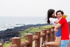 Paargreep elkaar dichtbij het strand stock foto