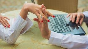 Paarhändchenhalten beim Arbeiten Stockfotografie