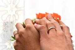 Paarhändchenhalten für eine Hochzeit, Nahaufnahme Lizenzfreie Stockfotografie