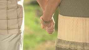 Paarhändchenhalten, hintere Ansicht stock video footage