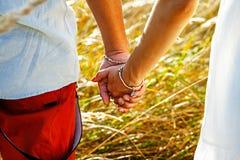 Paarhändchenhalten und Gehen zum Sommer Lizenzfreies Stockfoto