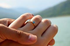 Paarhände des Verlobungsrings Lizenzfreie Stockfotos