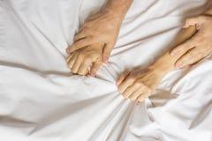 Paarhanden die witte bladen in vervoering, orgasme trekken Concept hartstocht Oorgasm Erotische ogenblikken vertrouwelijk concept royalty-vrije stock foto